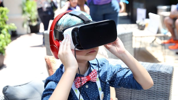 Boy using Samgsung Gear at VidCon2016